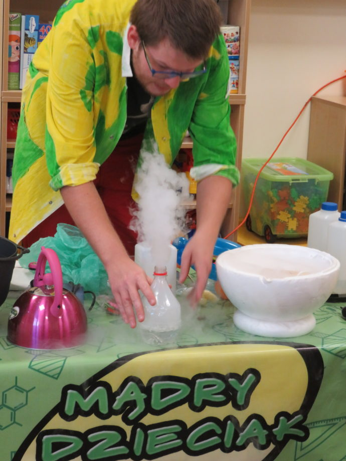 Znalezione obrazy dla zapytania Naukowe Show Edukacyjne – Eksperymenty mądry dzieciak